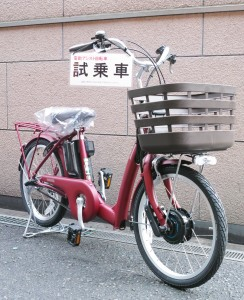 <まいにち、たすかる。ラクあし電動アシスト自転車> ラクッとおでかけ、ラクあしモデル。